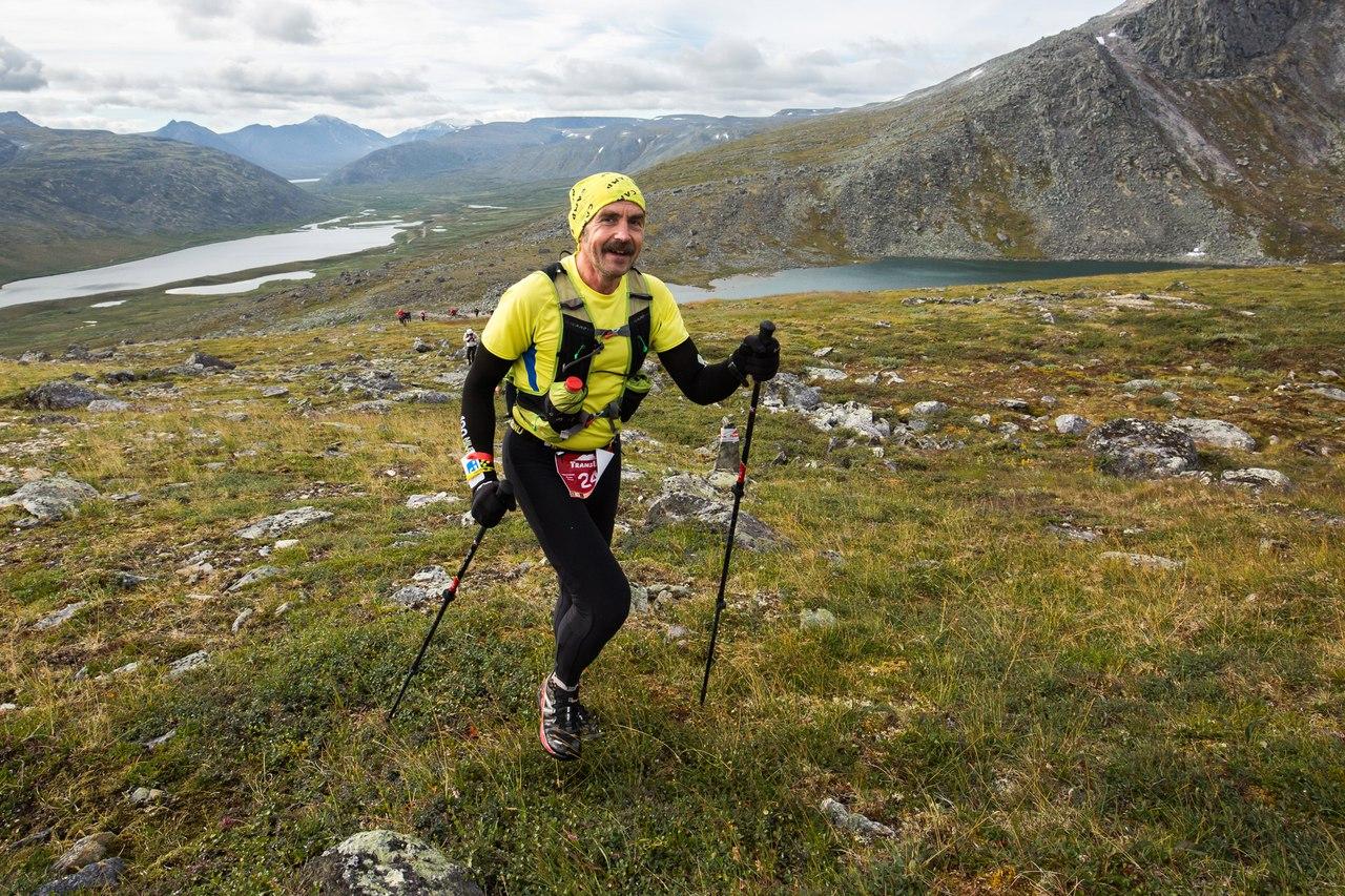 На фоне озер Грубепендиты и Балбанты - Михаил Афанасенков, известный организатор лыжной Карельской сотни и Карельской лыжной недели, а также 100-километрового Сафроновского марафона в Подмосковье.