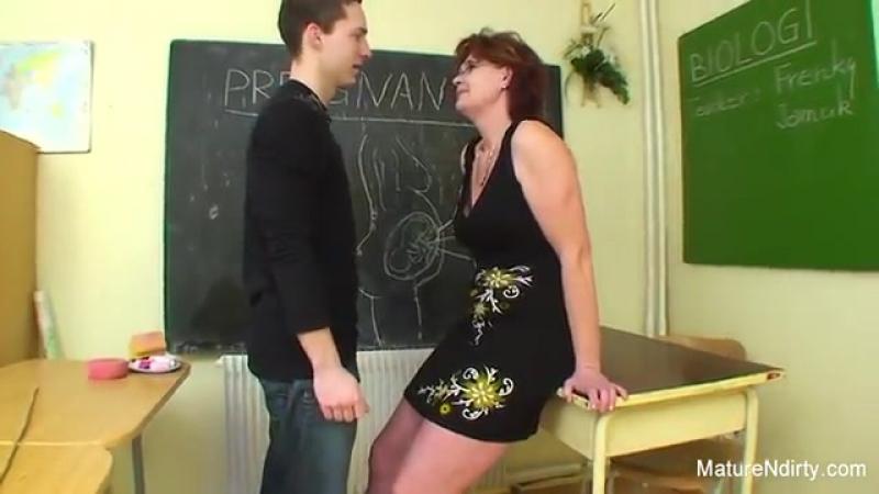 Взрослая училка занимается сексом дома видео русское