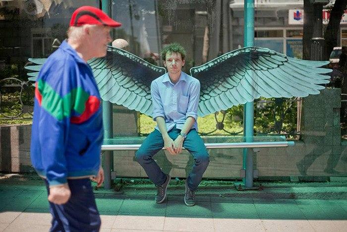 Крылья на остановке, крылья у человека на спине на стене фото иллюстрация граффити Павел Пухов