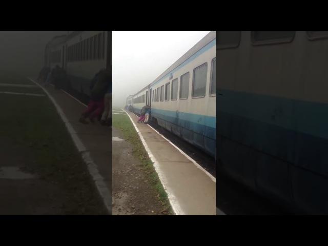 Люди штовхають поїзд Івано-Франківськ-Рахів в Квасах. Дешева робоча сила