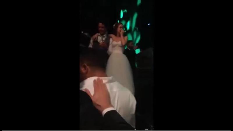 A continuação da cena anterior... Celina Locks pegou o buquê de casamento da Marina Ruy Barbosa e o Ronaldo foi lá pedir a namor