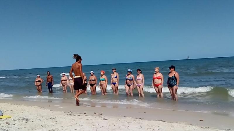 Тунис. Монастир. Пляж. Тунисский аниматор учит русских барышень честь отдавать