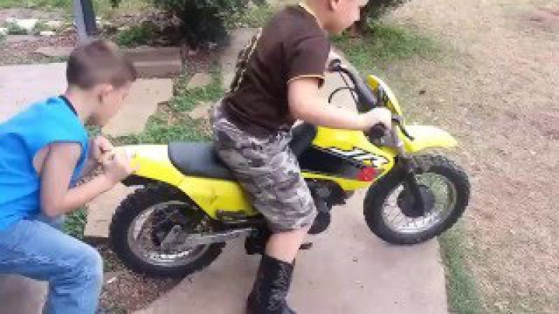 Bad start for the boy on the motorcycle. У пацана неудачный старт на мото.