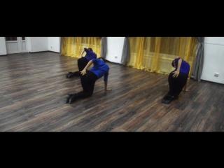 Девушки с косичками в черных лосинах