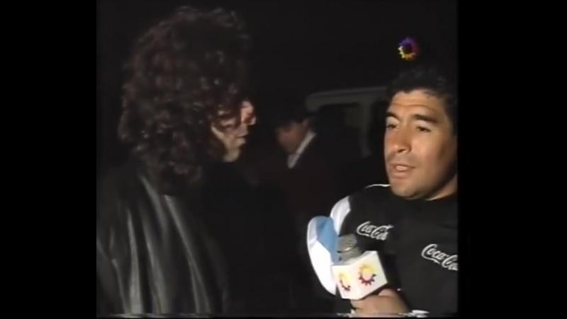Calamaro y Fito Paez cantan delante de Maradona