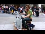 Уличный музыкант исполняет Техно-Трэнс на водопроводных трубах