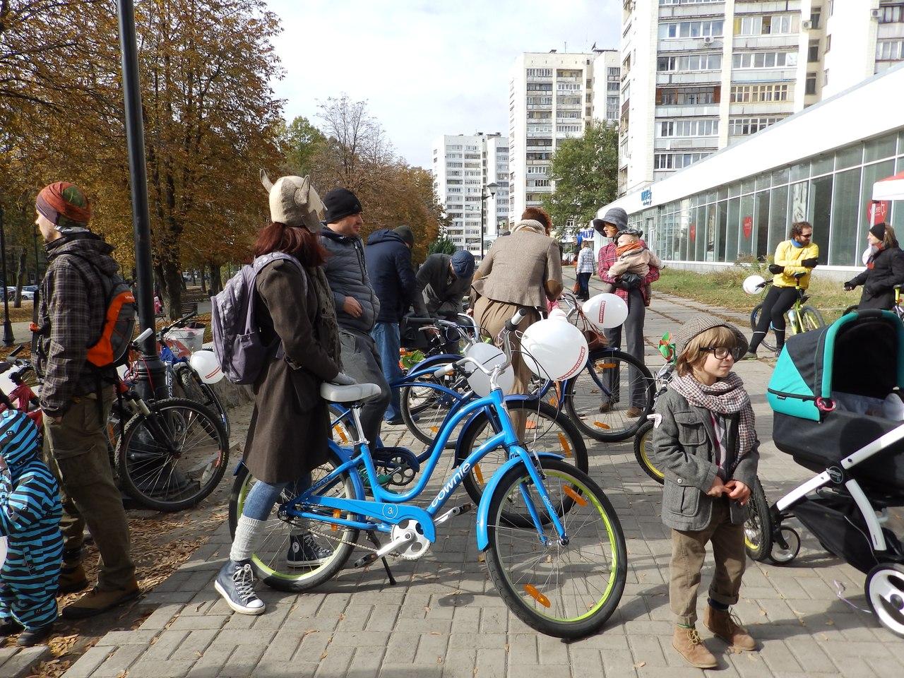 По Харкову їздили велосипедисти в ретро-костюмах - фото 4