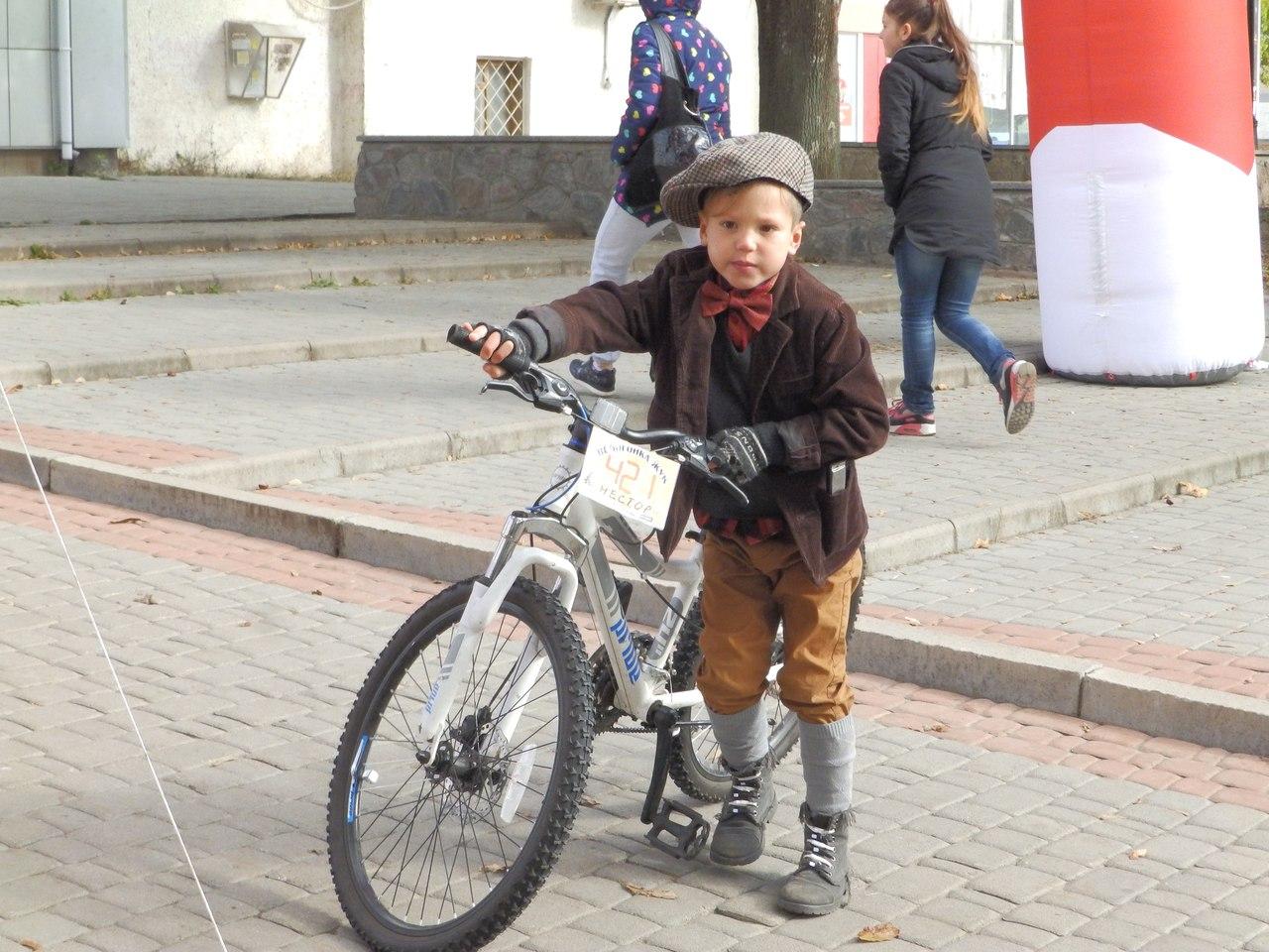 По Харкову їздили велосипедисти в ретро-костюмах - фото 1