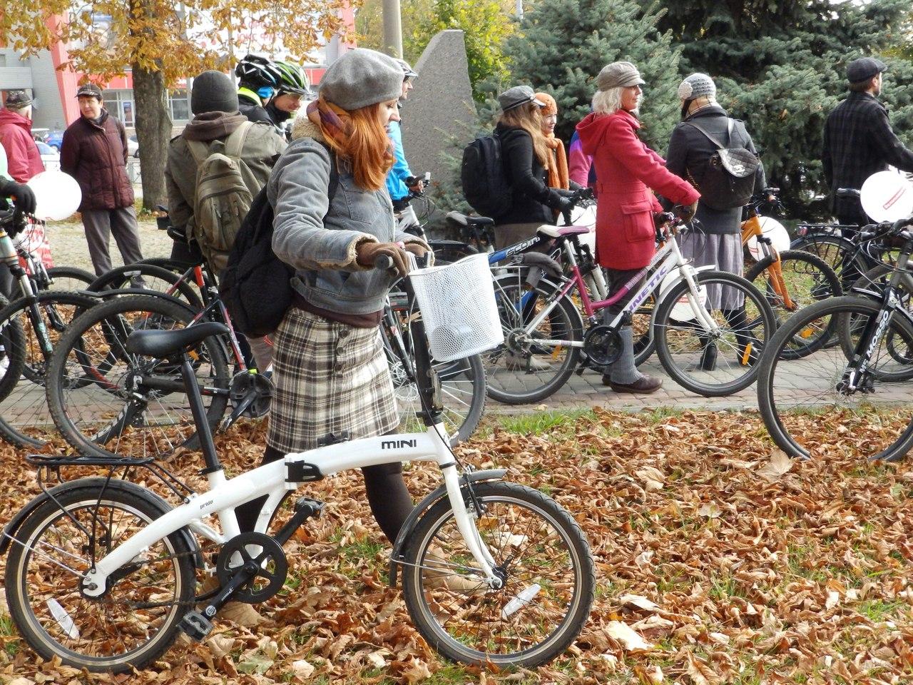 По Харкову їздили велосипедисти в ретро-костюмах - фото 2