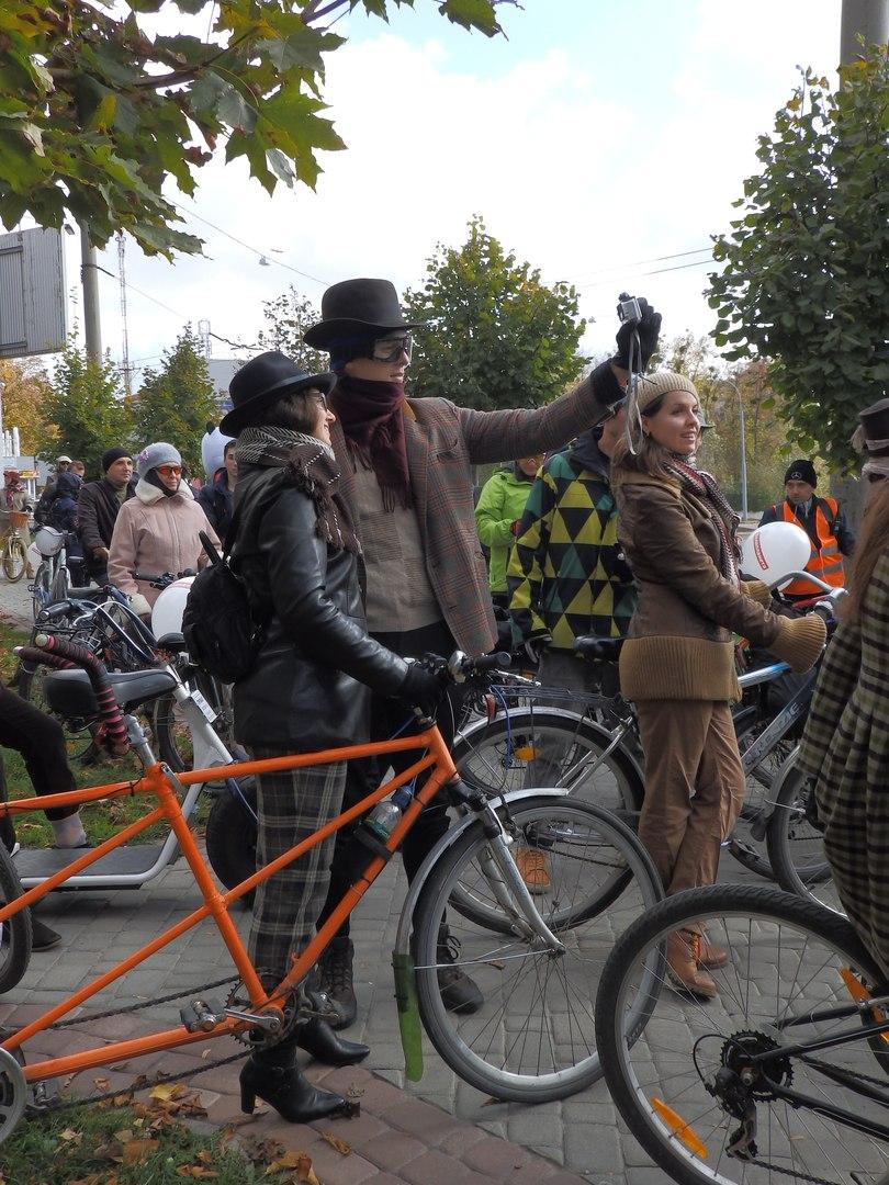 По Харкову їздили велосипедисти в ретро-костюмах - фото 3