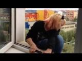 Тупая дура срет из окна многоквартирного дома в Якутске