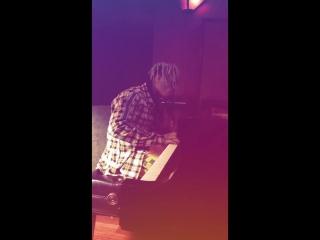 XXXTentacion играет на пианино.