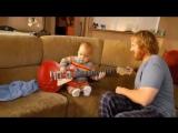 Ребенок играет на гитаре. Очень круто!