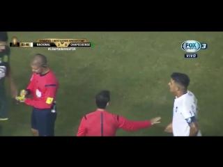 Футболіст Шапекоенсе засунув пальці між ніг супернику і отримав червону картку