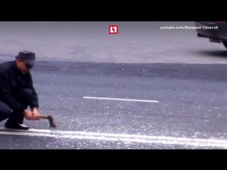 Мужчина рубит топором двойную сплошную. 2017 г. Тольятти