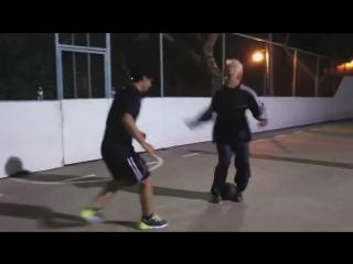 Дедушка показал, как надо играть в футбол