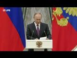 Владимир Путин вручает золотые медали Герой труда