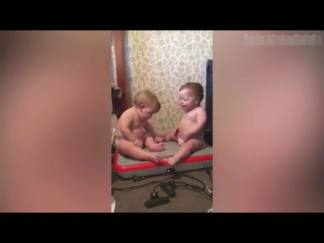 The hilarious moment that two babies could not stop laughing as they sat on a vibrating machine