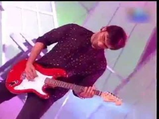 Omg Saif Ali Khan playing a awesome guitar on stage