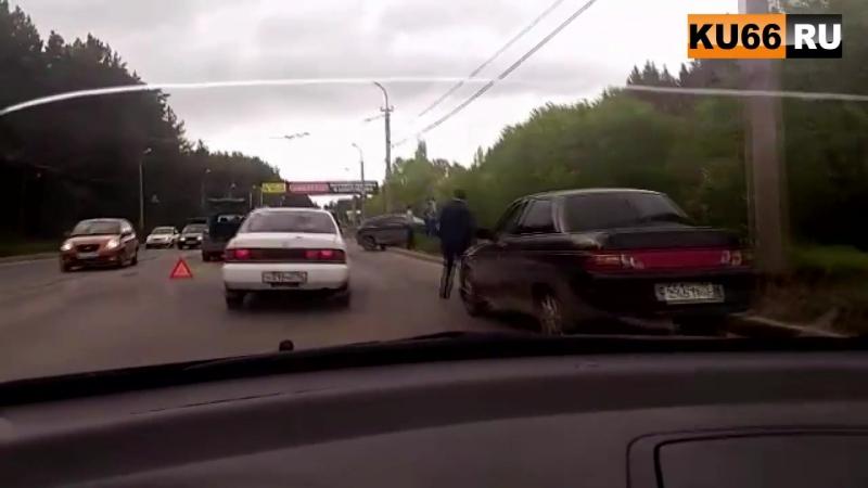 26.05.17 В Каменске-Уральском Renault въехал в «ВАЗ» после чего зацепил еще и Opel.