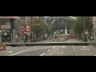 Огромная яма поглотила улицу японского города