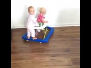 Какой хитрый ребенок))
