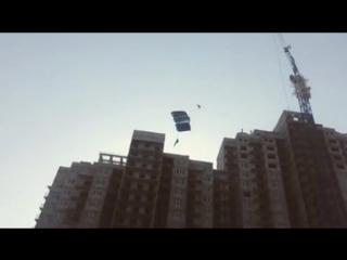 Экстремалы прыгнули со строительного крана