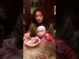 мама кушает гранат, а ребенку не дает, смешно до слез такое милое дитя!!