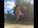 Девушка в мини-юбке и на каблуках показала трюки с футбольным мячом