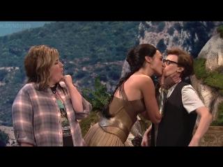 Лесбийский поцелуй Галь Гадот (Gal Gadot) - Saturday Night Live (октябрь 2017) - Сезон 43 / Выпуск 2 (1080p)