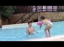 Kids Swim in The Swimming Pool Плещемся в бассейне Перерыв на отдых