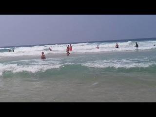 Хотите посмотреть самомассаж женской груди? Девушки в море, женщины на пляже. Девушки трогают грудь
