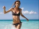 Форма груди. Красивая грудь, идеальная грудь. Девушки в купальниках на пляже. Отдых в Таиланде.
