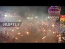Индия: Преданные драку с огнем, чтобы успокоить богиню Дургу во время Агни Кели.