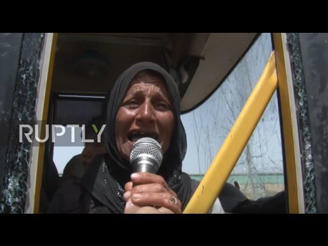 Сирия: Гражданское население проливает слезы, поскольку автобусы вывозили их из осажденного Идлиба в Алеппо.