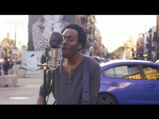 """Негр в Бруклине поет """" Все идет по плану"""""""