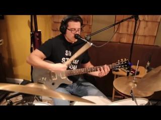Безумно талантливый парень играет на гитаре, барабанах и поет одновременно