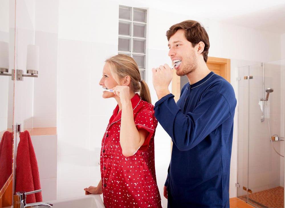 Лицам, которые испытали травму спинного мозга, возможно, придется заново изучить движения, чтобы почистить зубы.