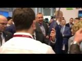 Д. Медведеву на форуме в Сочи дарят хоккейную клюшку - 2