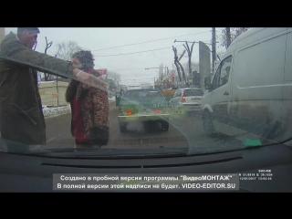 Воронеж! Неадекватная женщина, нападает на авто и водителей.
