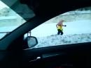 голый мужик бегает зимой