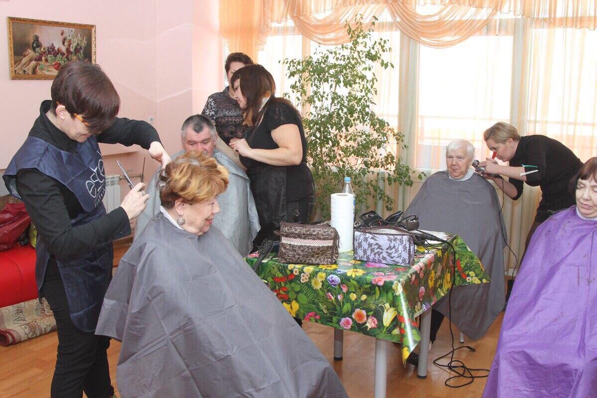 В ДОМЕ-ИНТЕРНАТЕ «ЗЕЛЕНЫЙ ГОРОД» Более сорока человек побывали в руках парикмахеров