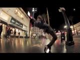 Парень с невероятной пластикой танцует на улице. Смотрите необычный уличный танец.