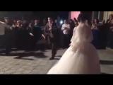 Это девочка танцует по очередно с 4 братьями....будучи маленькими их мама и папа разбились на машине....Они танцуют на свадьбе