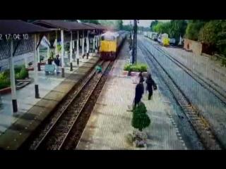 Прибытие поезда в Пхетбури Таиланд 12.01.2017 часть 1