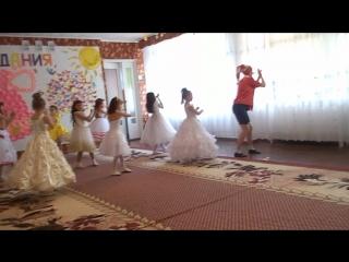 Веселый танец девчонок с Буратино, выпускной 2016