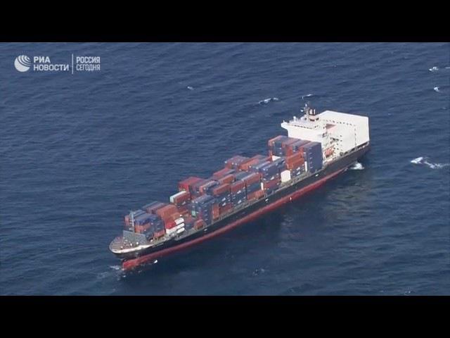Эсминец Fitzgerald и судно ACX Crystal после столкновения. Съемка с воздуха