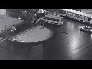 Автомобиль сбил пешехода, переходившего на разрешающий сигнал светофора. 19 янва...