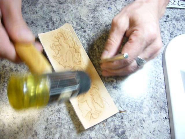6. Картхолдер (Making leather cardholder). Прессуем фоновым штампом древоточец вокруг рисунка