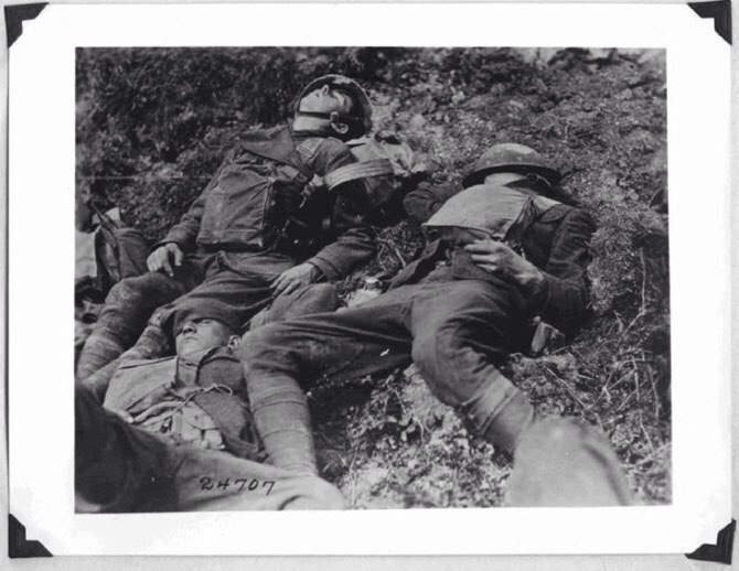 Эти солдаты спят, но они похожи на мёртвых. Цензура также запретила эту фотографию.